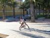 Komar pożyczył rowerek od lokalnych rozrabiaków