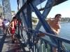 Dzieciaki skaczą z mostu Ponte Dom Luís I