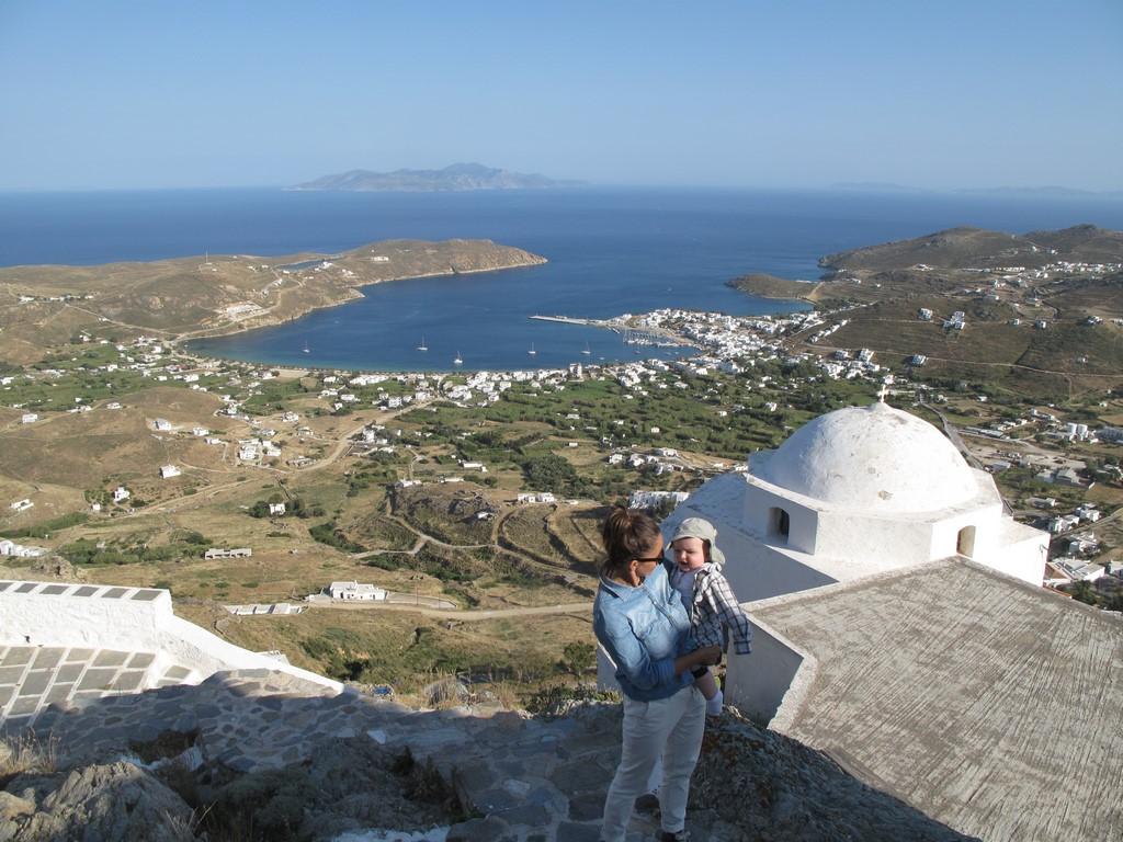 Z miasteczka Chora widać port Livadi na Serifos