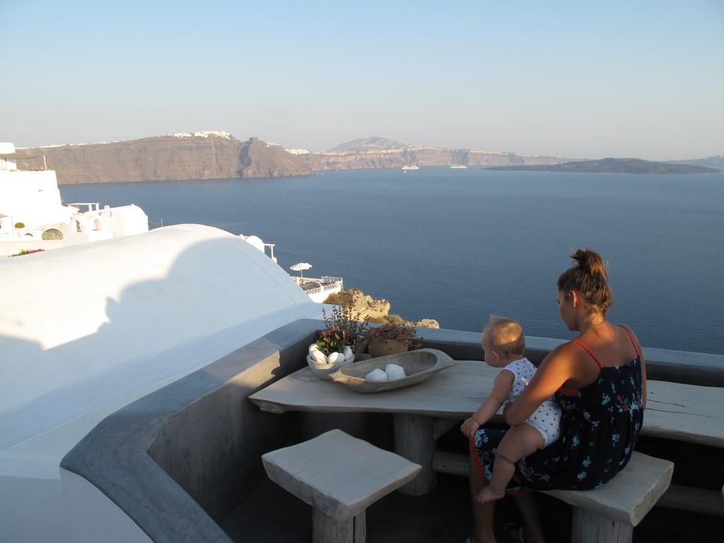 Oia - Karolina z Brunem podziwiają panoramę