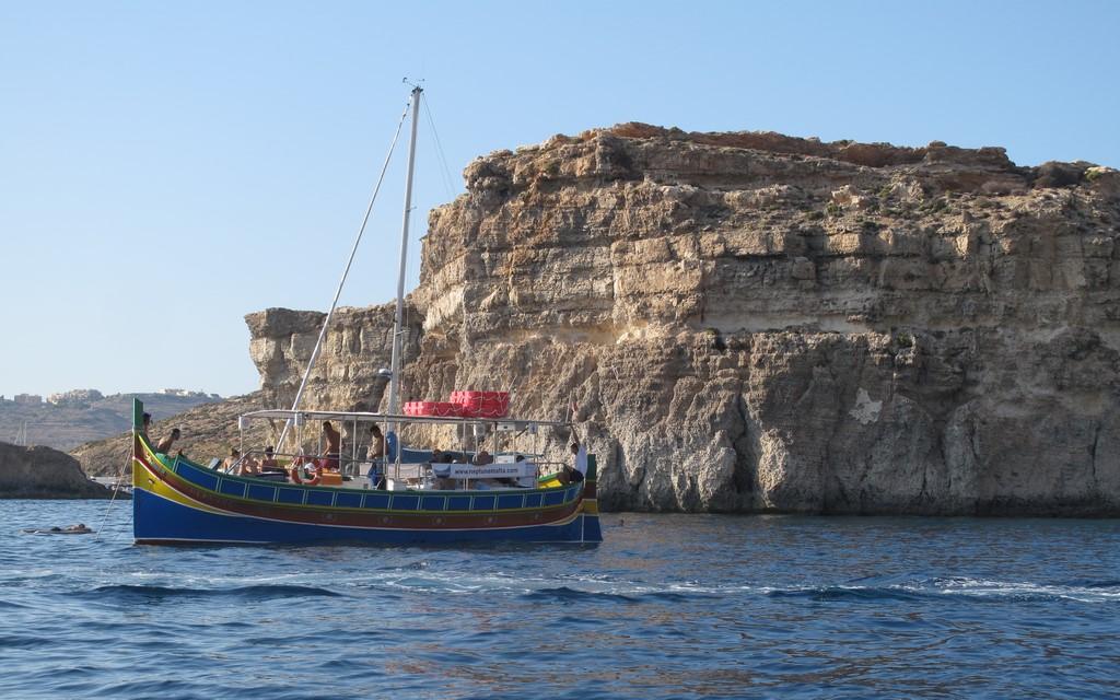 Tradycyjne maltańskie łodzie w Blue Lagoon na Comino