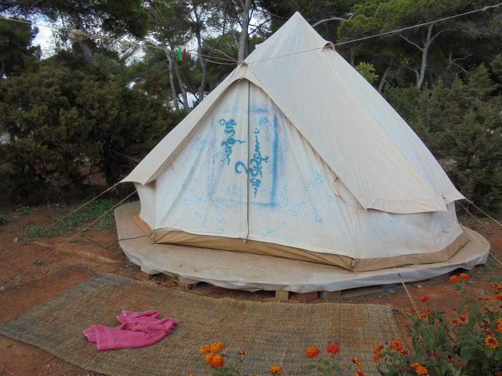 Hipisowski camping na Ibizie 1