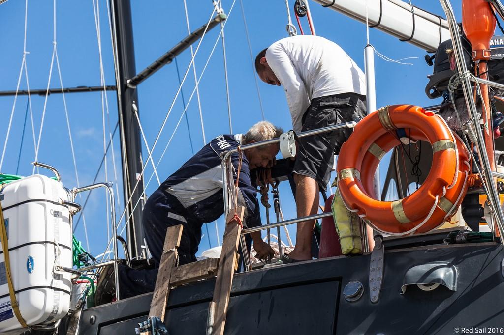 Z Andrzejm montujemy nowy ster na Delfii fot. Sławek Wiśniewski