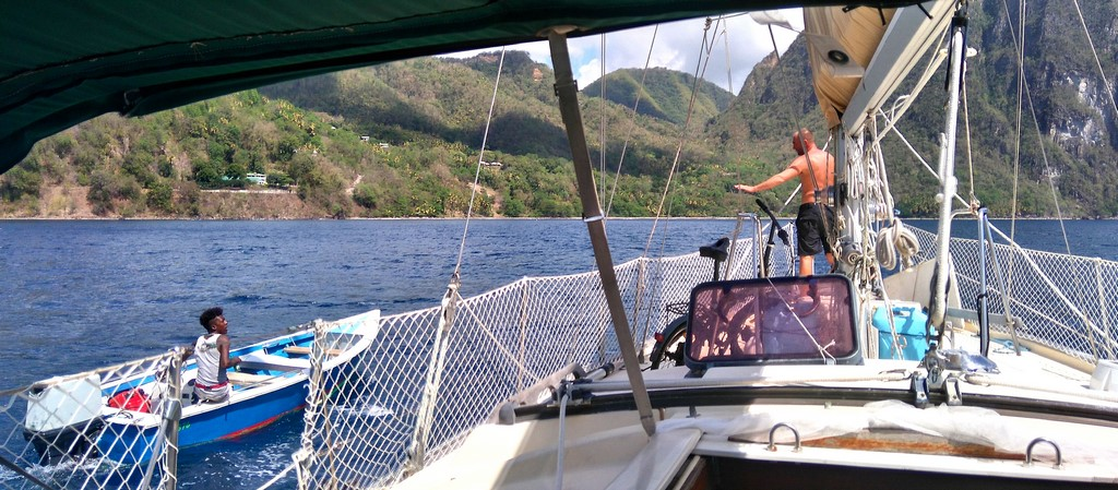 Boat boys pod Pitonami