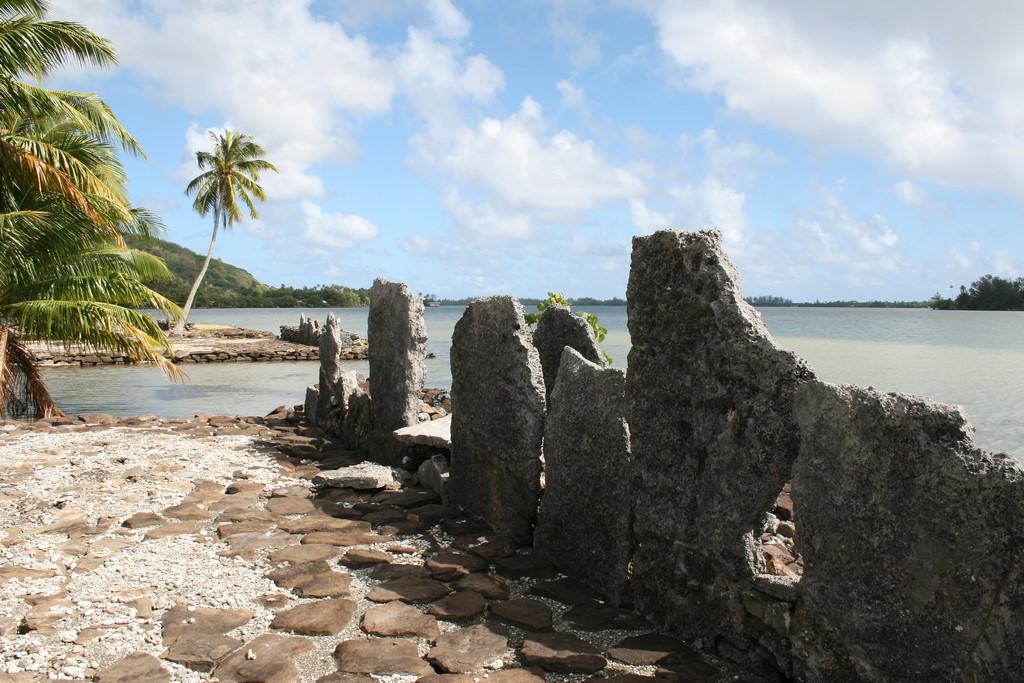 Kamienne Marae w wiosce Maeva na Huahine