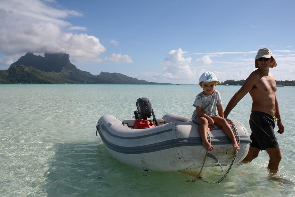 Lądowanie dinghy na Bora Bora