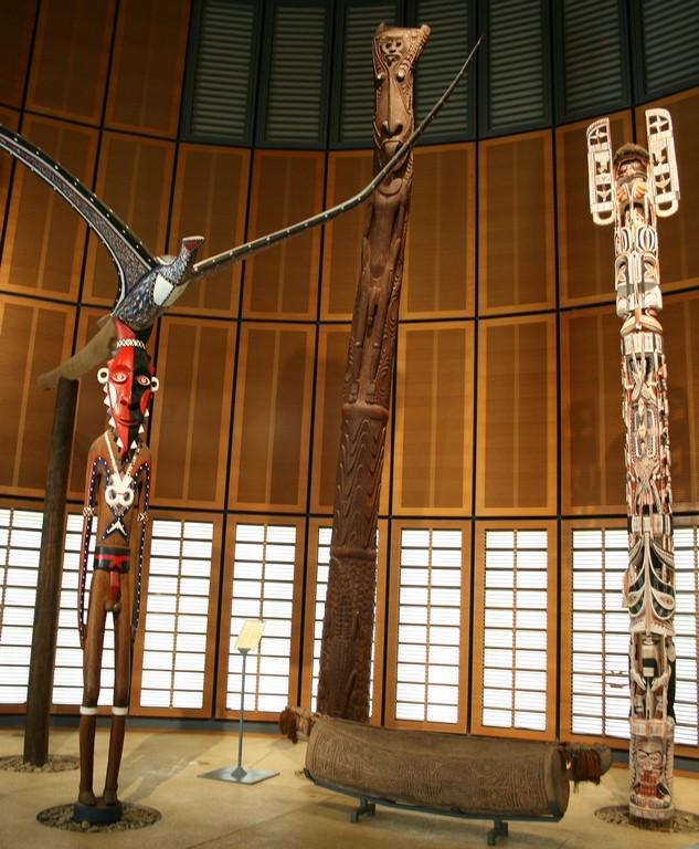 Posągi Bitoro w Tjibaou Cultural Centre w Noumea