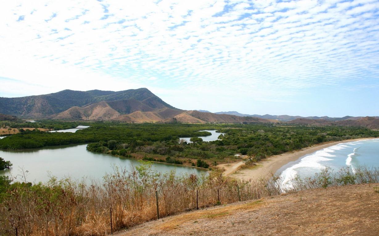 Rzeka i plaża przy Roche Percée na Nowej Kaledonii