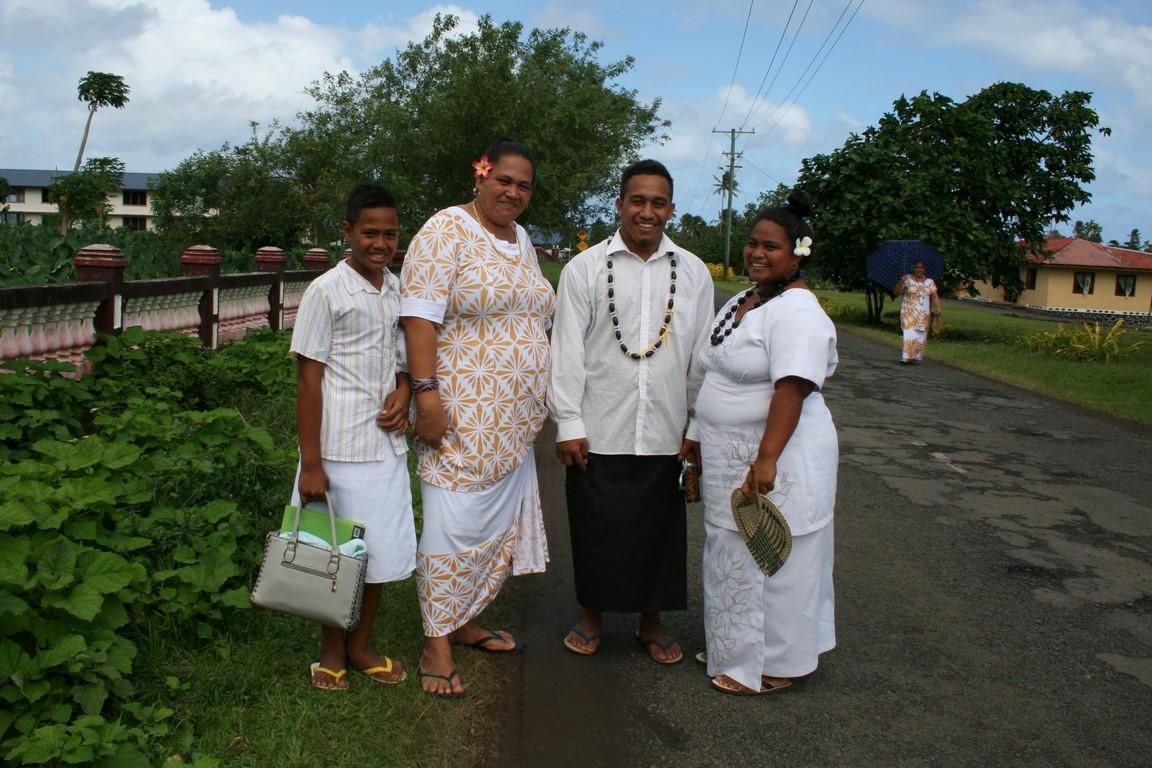Samoańska rodzina wracająca z kościoła